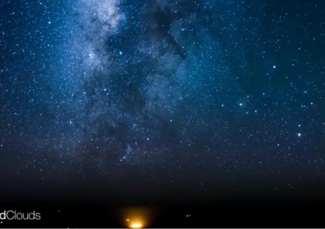 Un vol accéléré: la Voie Lactée et les continents illuminés