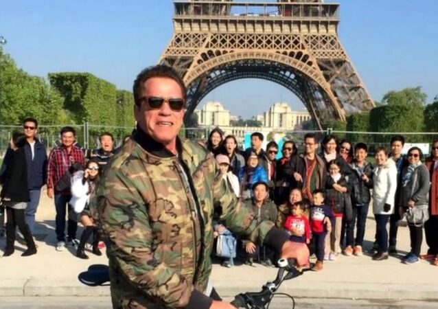 Arnold Schwarzenegger a gâché les photos des touristes thaïlandais à Paris