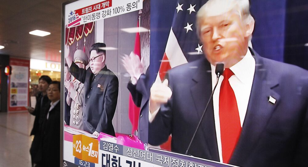 Le leader nord-coréen Kim Jong-un et le Président américain Donald Trump sur l'écran d'un téléviseur