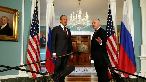 U.S. Secretary of State Rex Tillerson (R) waves to the media next to Russian Foreign Minister Sergey Lavrov before their meeting at the State Department in Washington, U.S., May 10, 2017. - Sputnik France