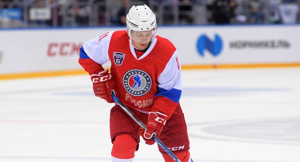 Que fait Poutine après le bureau? Un petit match de hockey sur glace! (vidéo)