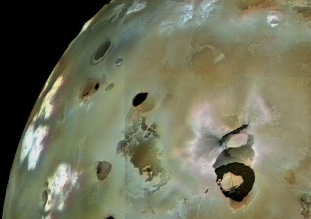 Un volcan en éruption sur Io