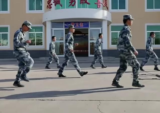 Vous pensez que vous dansez bien? On parie que ces soldats chinois vont feront douter.