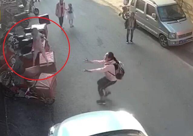 Une ado chinoise tente d'attraper un bébé tombant du 3e étage (vidéo)