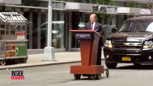 Une comédienne déguisée en porte-parole de Trump roule «en tribune» à New York - Sputnik France