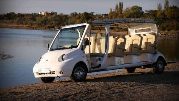 Un électromobile confortable pour déposer des estivants d'un hôtel à la mer - Sputnik France