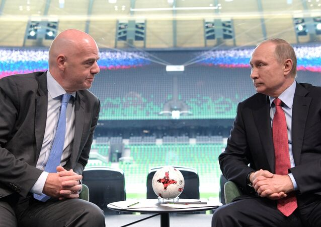 Gianni Infantino (à gauche) et Vladimir Poutine au stade du club de foot Krasnodar
