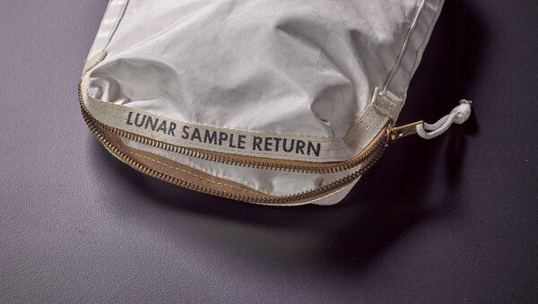 An Apollo 11 Contingency Lunar Sample Return Bag - Sputnik France