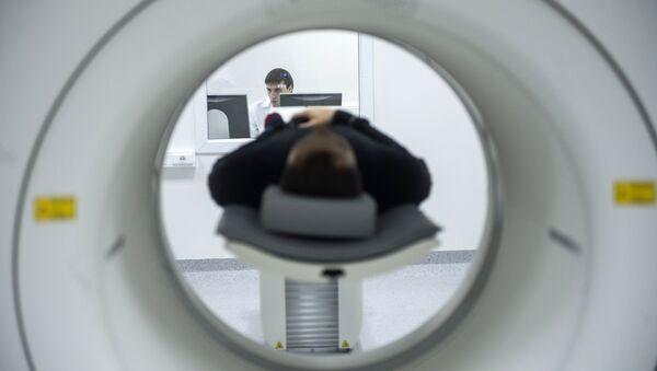 A technician performs an MRI scan. File photo - Sputnik France