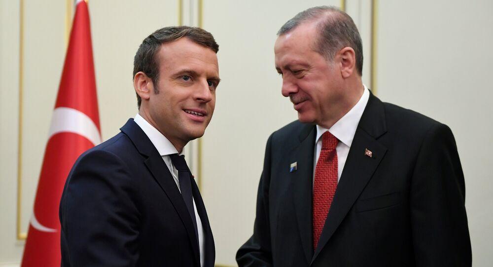 Le président français Emmanuel Macron (G) et le président turc Recep Tayyip Erdogan (D) se serrent la main avant une réunion en marge du sommet de l'OTAN à Bruxelles, en Belgique, le 25 mai 2017.