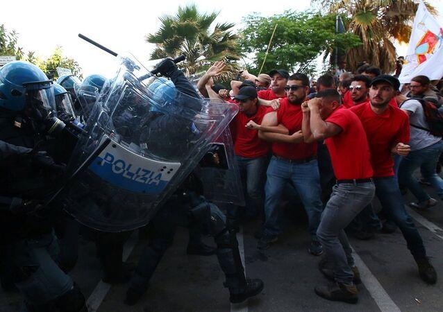 Accrochages entre la police et des manifestants à Giardini Naxos