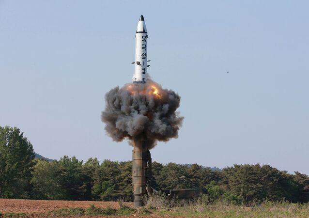 Un tir d'essai de missile balistique nord-coréen Pukguksong-2 (archives)