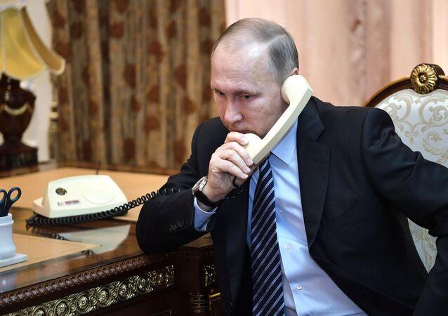 Vladimir Poutine et Emmanuel Macron ont communiqué par téléphone vendredi