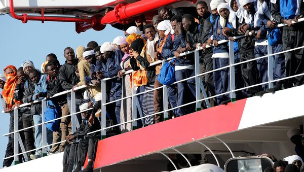 Migrants wait to disembark from Vos Prudence Offshore Tug Supply ship as they arrive at the harbour in Naples, Italy, May 28, 2017. - Sputnik France