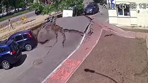 Un tsunami sorti d'une canalisation à Kiev - Sputnik France