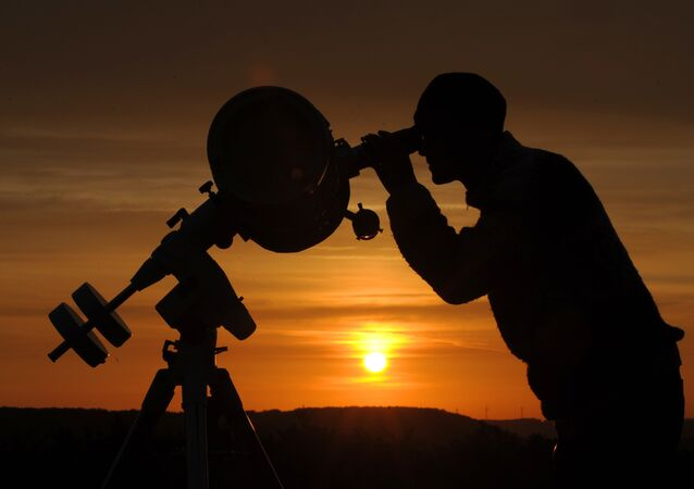 Un astronome amateur observe le transit de la planète Vénus dans l'est de l'Allemagne, le 6 juin 2012