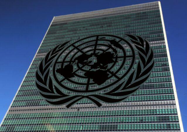 Le logo des Nations unies sur le bâtiment du siège de l'organisation