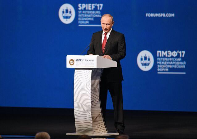 Le Président russe Vladimir Poutine assiste au Forum économique international de Saint-Pétersbourg 2017. Jour deux