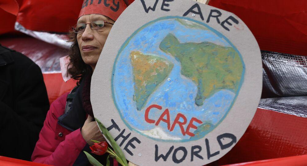 Un militant pour le climat se manifeste à Paris le samedi 12 décembre 2015 lors de la COP21, Conférence des Nations Unies sur le changement climatique.