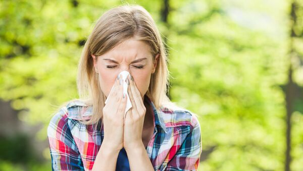 Woman with allergy symptom blowing nose. - Sputnik France