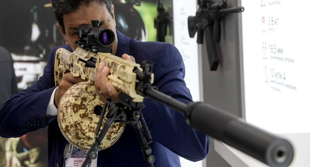 Un visiteur examine une mitrailleuse légère RPK-16 au pavillon de Kalashnikov, au Forum militaire international ARMY 2016, dans le centre d'exposition du Parc militaire Patriot des forces armées russes dans la région de Moscou.