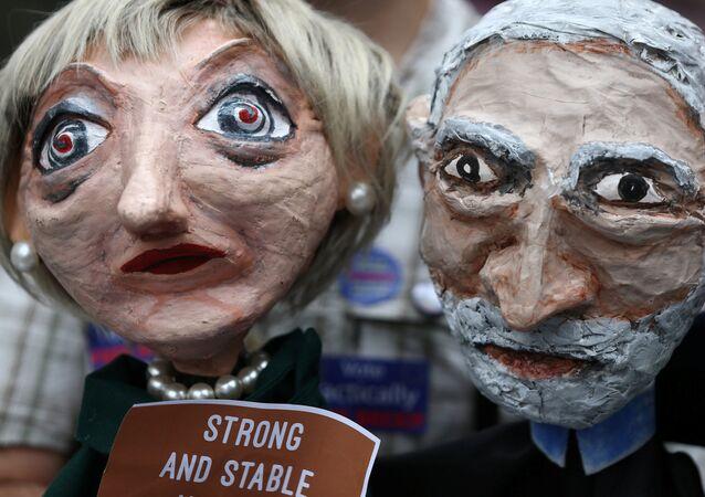 Des marionnettes représentant Theresa May et Jeremy Corbyn lors d'une manifestation à Londres