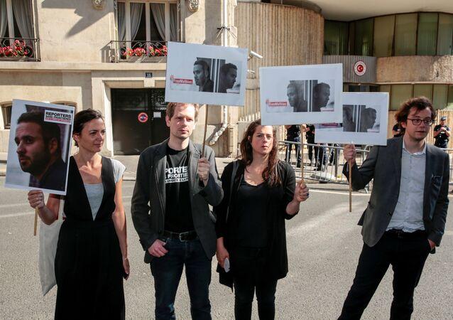 Des gens à Paris demandent à la Turquie de libérer le photojournalistte français Mathias Depardon
