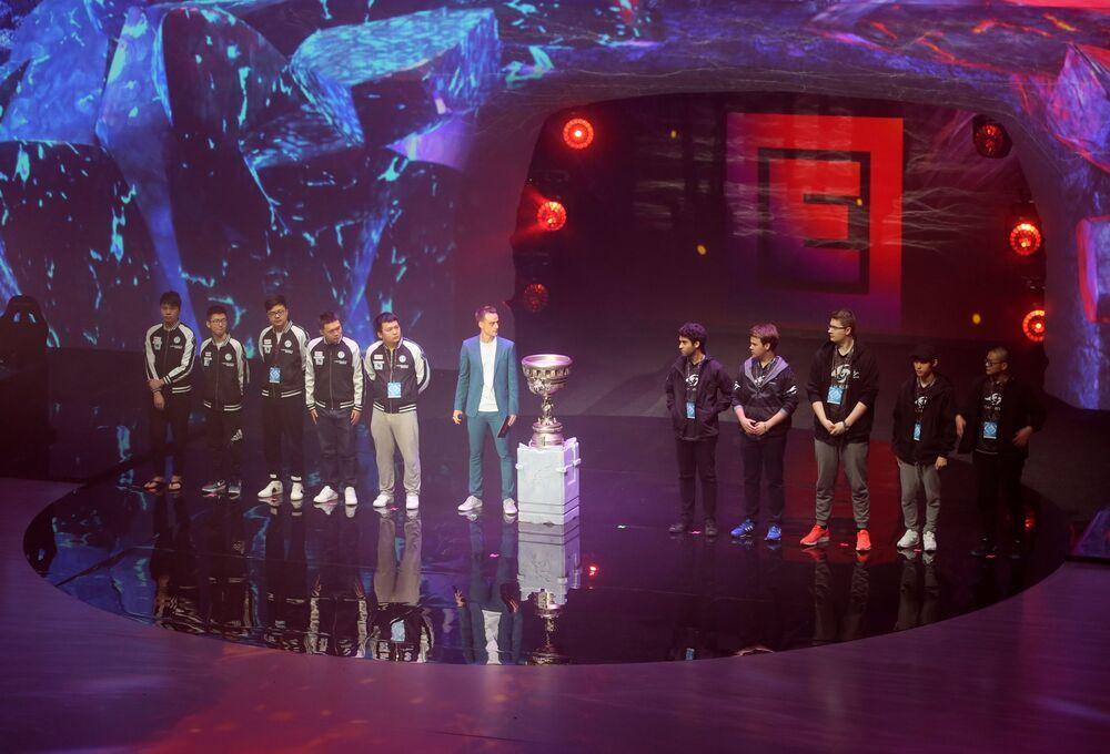Des participants au tournoi EPICENTER sur la scène du Palais des Glaces VTB, à Moscou.
