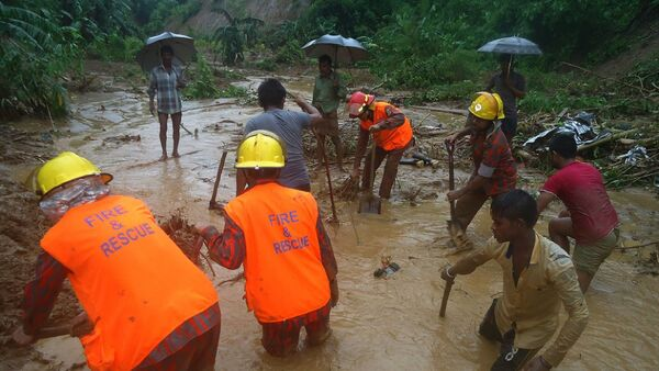 Bangladeshi fire fighters and residents search for bodies after a landslide in Bandarban on June 13, 2017. Heavy monsoon rains have killed at least 46 people in southeast Bangladesh, most of them buried under landslides, authorities said on June 13. - Sputnik France
