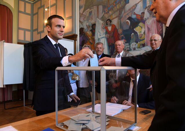 Emmanuel Macron au bureau de vote