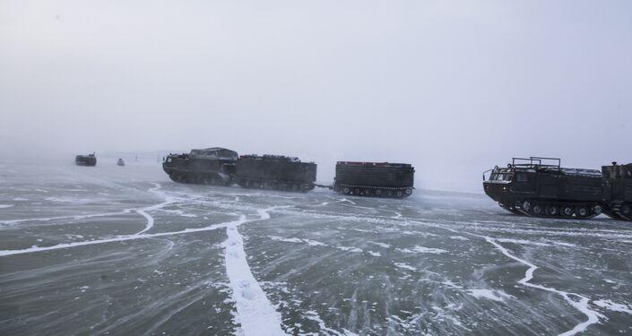 Двухзвенные гусеничные транспортеры во время испытаний новых и перспективных образцов вооружения, военной и специальной техники в условиях Арктики.