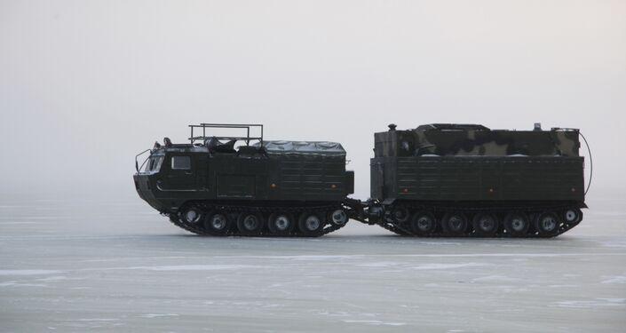 Гусеничный транспортер во время испытаний новых и перспективных образцов вооружения, военной и специальной техники в условиях Арктики.