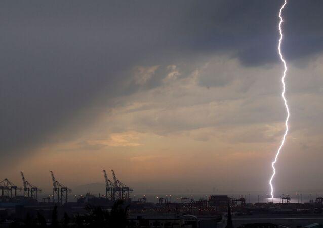 Il filme un orage lorsque la foudre frappe tout près de lui… et voici la suite (image d'illustration)