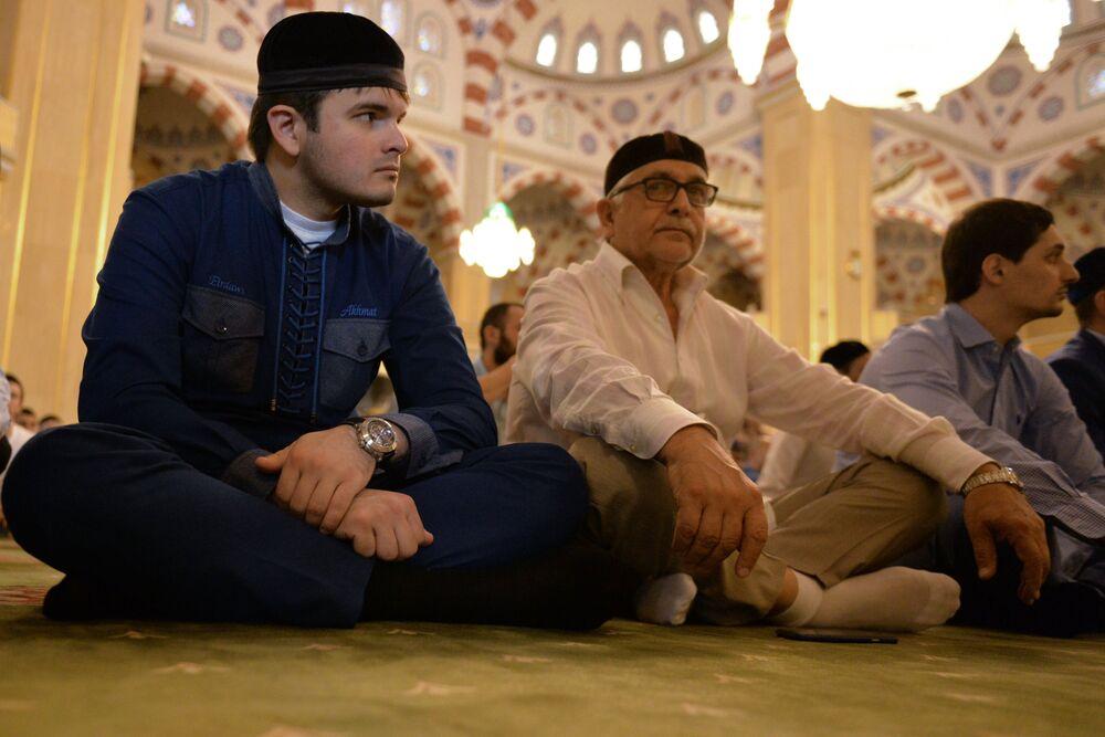 Les fidèles dans la mosquée Akhmad Kadyrov, à Grozny, le jour de la fête de l'Aïd el-Fitr.