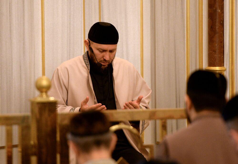 L'iman fait un prêche dans la mosquée Akhmad Kadyrov, à Grozny, le jour de la fête de l'Aïd el-Fitr.