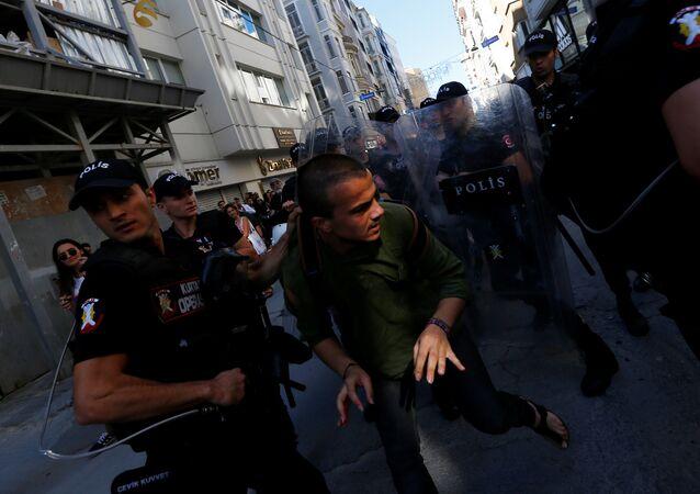 Gay Pride sous les balles de caoutchouc: la police d'Istanbul tente de disperser la foule