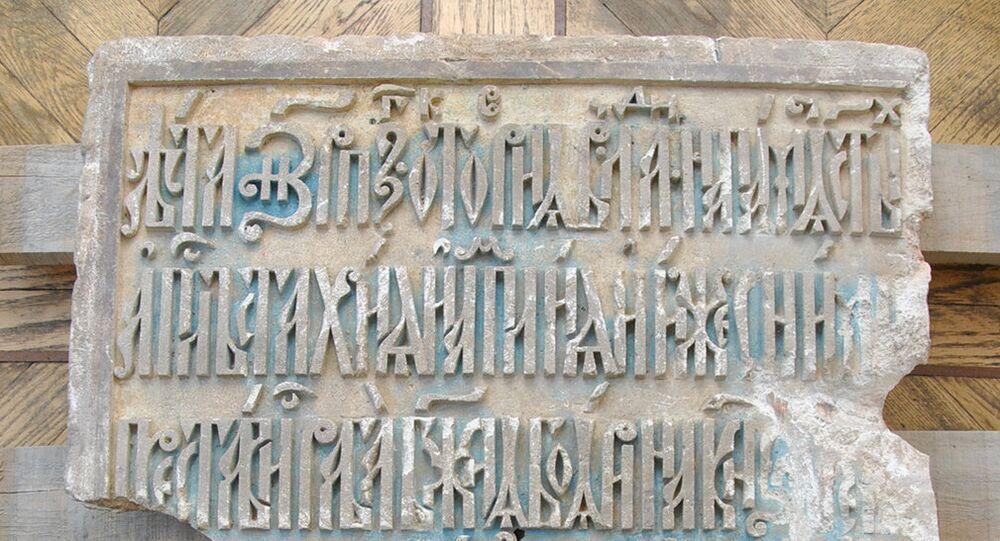 La pierre tombale d'une proche de Pierre le Grand retrouvée à Moscou