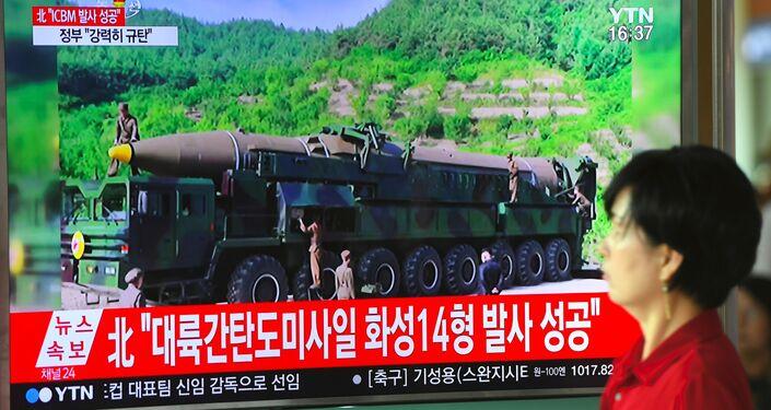 Les gens regardent une émission consacrée au tir nord-coréen du 4 juillet