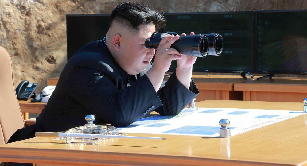 Kim Jong-un inspecte le tir du missile Hwasong-14 à Pyongyang. Image d'illustration