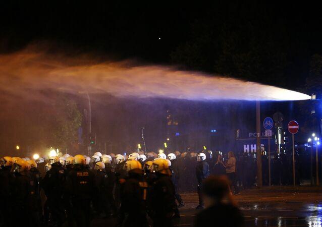Manifs anti-G20: vous reprendrez bien un coup de canon à eau?