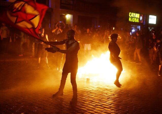 Pétards, bâtons, pierres, gaz lacrymogène: le G-20 à Hambourg, c'est parti!