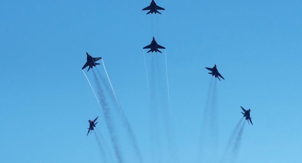 Le groupe de voltige Strizhi dans le ciel de Saint-Pétersbourg.