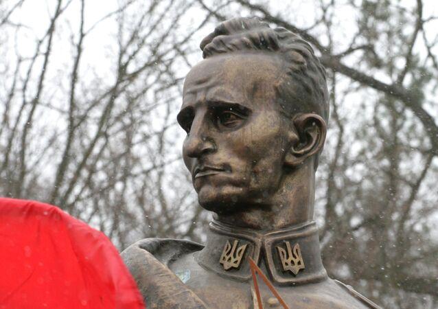 Monument en hommage au leadeur de l'UPA Roman Choukhevytch dans le village Belagorcha en Ukraine