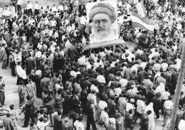 Des foules de partisans du Premier ministre Mossadegh se rassemblent autour d'un immense portrait de Mullah Kashani, l'un des puissants partisans du régime de Mossadegh, à Téhéran, le 13 décembre 1951