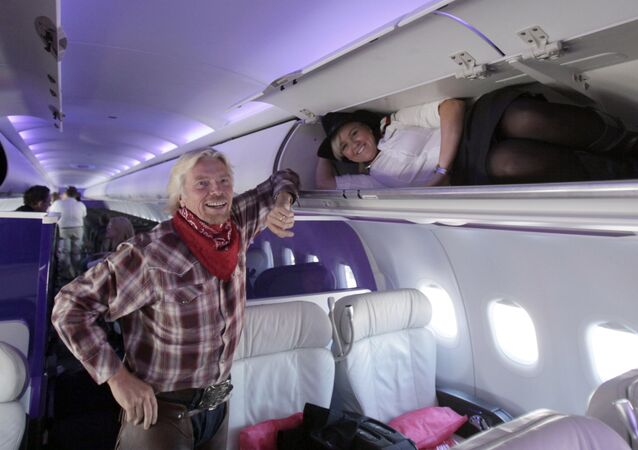 Le fondateur de la marque Virgin, Richard Branson, dans un avion de la compagnie Virgin Atlantic Airways