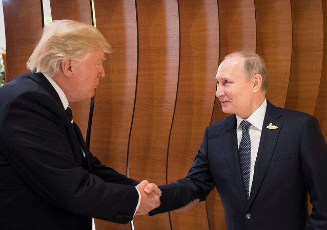 Poignée de main entre Poutine et Trump, le 7 juillet 2017