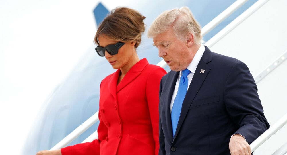 Donald Trump et Melania arrivent à bord de l'Air Force One à l'aéroport Orly près de Paris, France