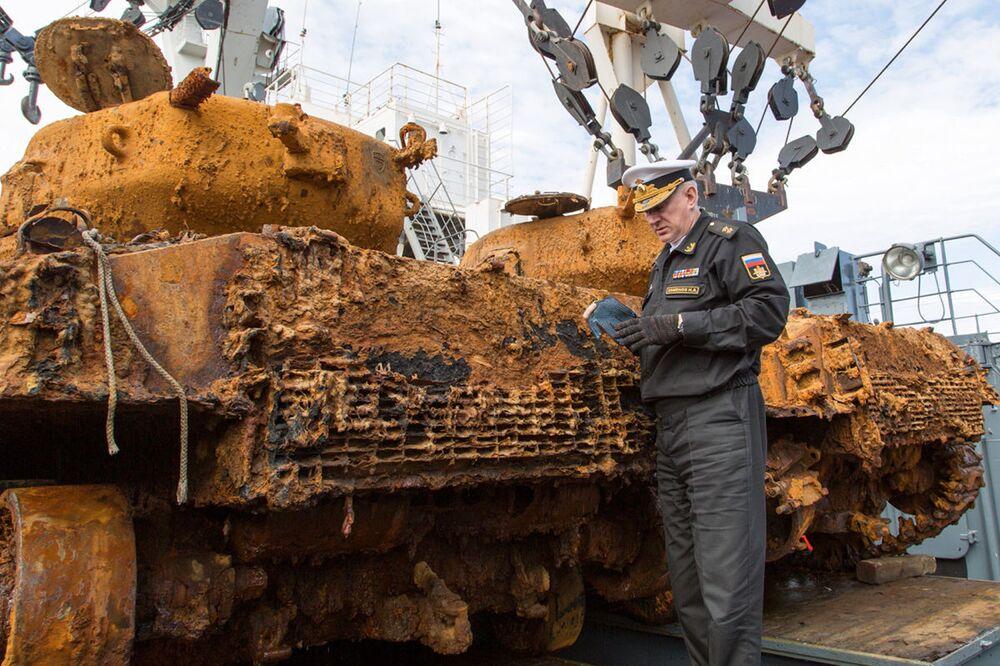 La Flotte du Nord remonte des chars Sherman du fond de la mer de Barents