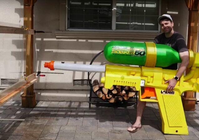 Les adultes, eux aussi, ont besoin de jouets! Et pourquoi pas d'un pistolet à eau géant?