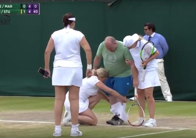 Quand un fan joue au tennis en jupe